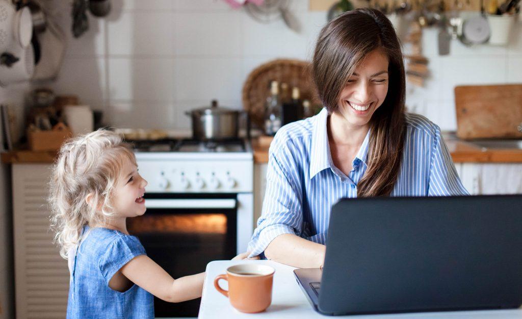 Homeoffice, Mutter mit Kind am Heimarbeitsplatz